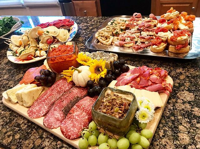 Couldn't wait to share this beautiful spread Chef Sabrina created for a client's Italian themed party! 😍🙌🏼 book us for your next intimate in-home event, more info at the link in our bio 😋