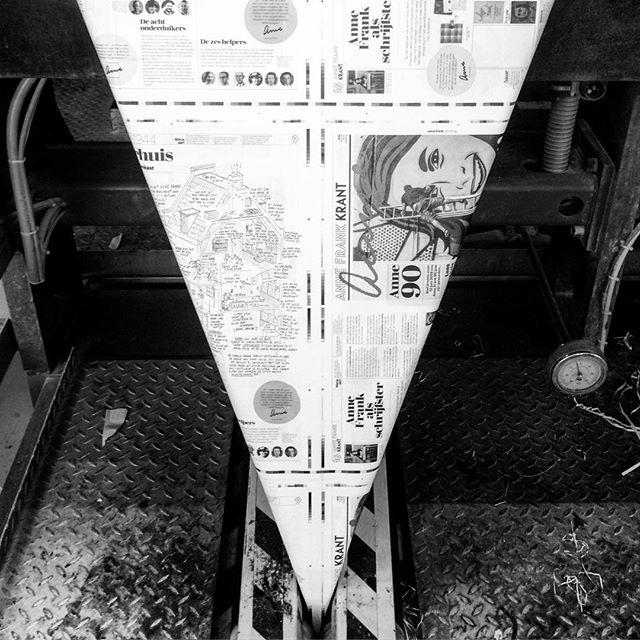 De Anne Frank Krant op de drukpers! BESTEL NU 👩🏾💻 De Anne Frank Krant 2019 is bijna bijna klaar! Het lespakket voor groep 7/8 van het basisonderwijs is al te bestellen en wordt deze maand nog op school geleverd. Naast de educatieve krant bestaat het pakket uit een toolkit, een poster en een docentenhandleiding. Ism @erik_olde_hanhof . . #annefrankkrant #annefrankstichting #artdirection #concept #grafischontwerp #lespakket #educatief #basisonderwijs #krant #poster #extra #anne90jaar #drukpers #rotatiedruk