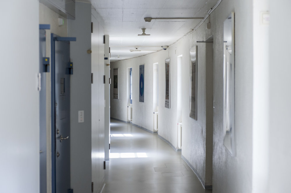 Der «Bananentrakt», wo sich die Zellen befinden, erhielt seinen Namen wegen der Wölbung. Für eine Strafanstalt unvorteilhaft, «denn man sollte immer an das Ende des Trakts sehen können, sagt die Gefängnisdirektorin Ines Follador.