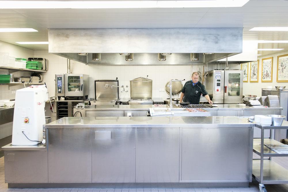 Der Küchenchef bereitet gemeinsam mit einigen Sträflingen täglich die Mahlzeiten für die Insassen und Mitarbeiter der Strafanstalt zu.