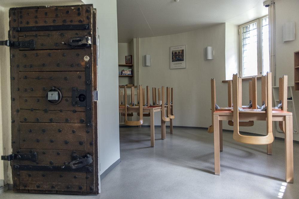 Im Inneren des von aussen gut sichtbaren Turmes befindet sich hinter einer alten Holztüre ein Aufenthaltsraum für die Insassen.