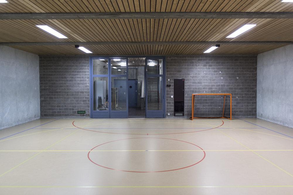 In Gruppen aufgeteilt können die Insassen eine Turnhalle benutzen.