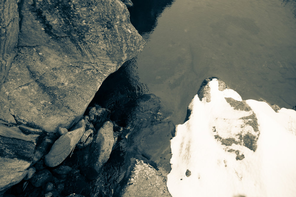 Wasserlauf unterhalb des Stausees am Lukmanierpass.  Curdin Albin