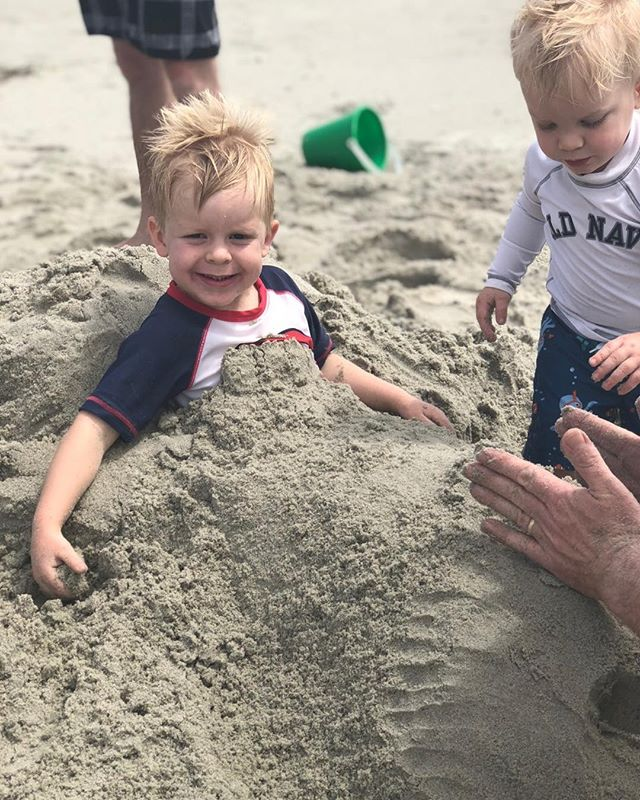 Such cute little beach bums! . . . . . . #holdenbeach #ncbeaches
