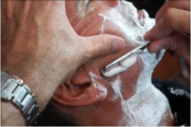 Rasage traditionnel - Blaireau, savon de rasage, coupe choux et serviette chaude sont les éléments incontournables d'un rasage traditionnel. Entre les mains de nos professionnels vous bénéficierez d'un vrai moment de détenteet vous repartirez la peau douce, rasé de prés.