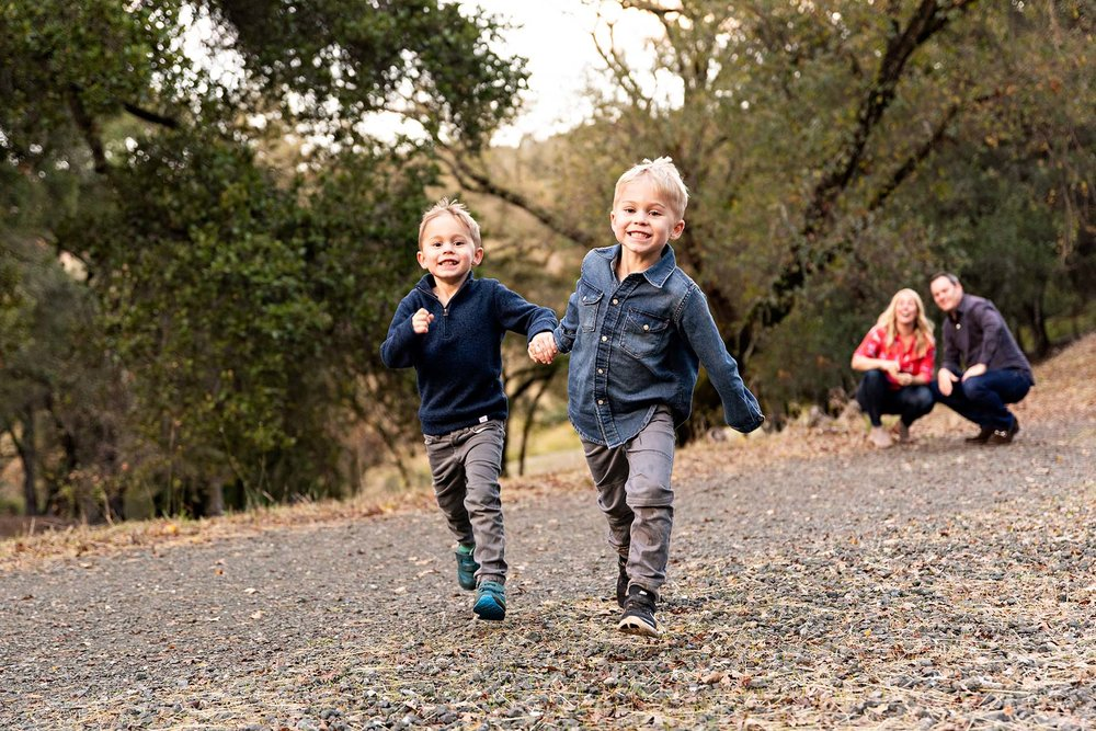 sharon kenney family photography boys running