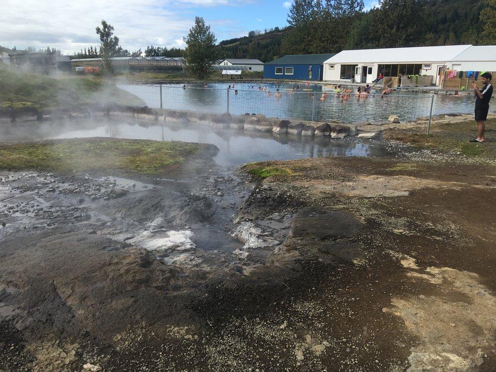 Geysir that heats the pool.