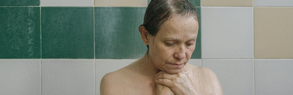 TodoLoDemas_Dona_Flor_In_Shower_Contemplates.jpg