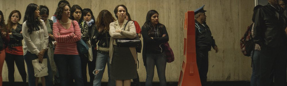 TodoLoDemas_Dona_Flor_Waiting_Metro.jpg
