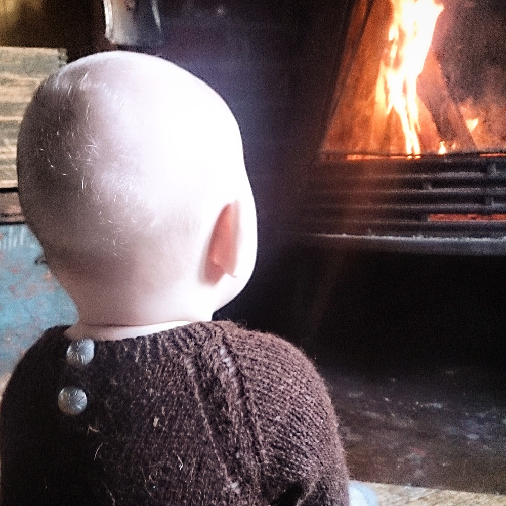 Det blir ikke hyggeligere. I gamle trekkfulle hytter er det deilig med en varm ullbody! I mørk brunt og med lekre tinnknapper har denne vært en storfavoritt.