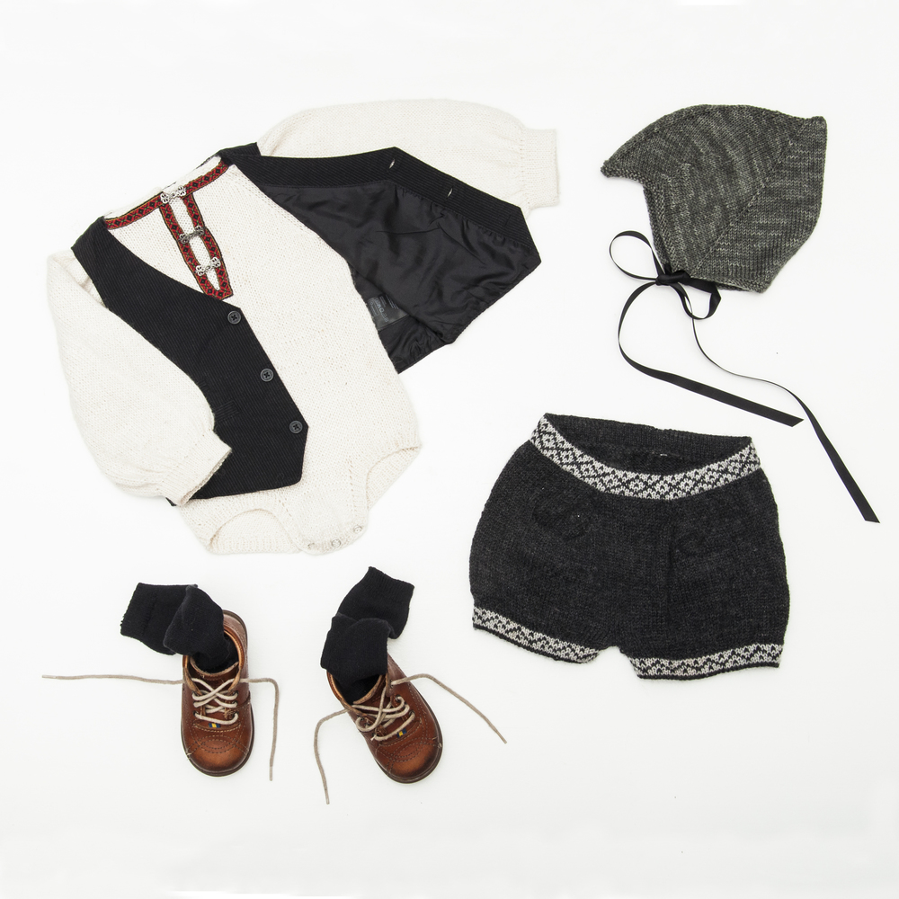 Hva med en litt røffa opp versjon av bunaden? Bunadsbody og -shorts sammen med sorte knestrømper, sort vest, skinnsko og en klassisk djevellue.