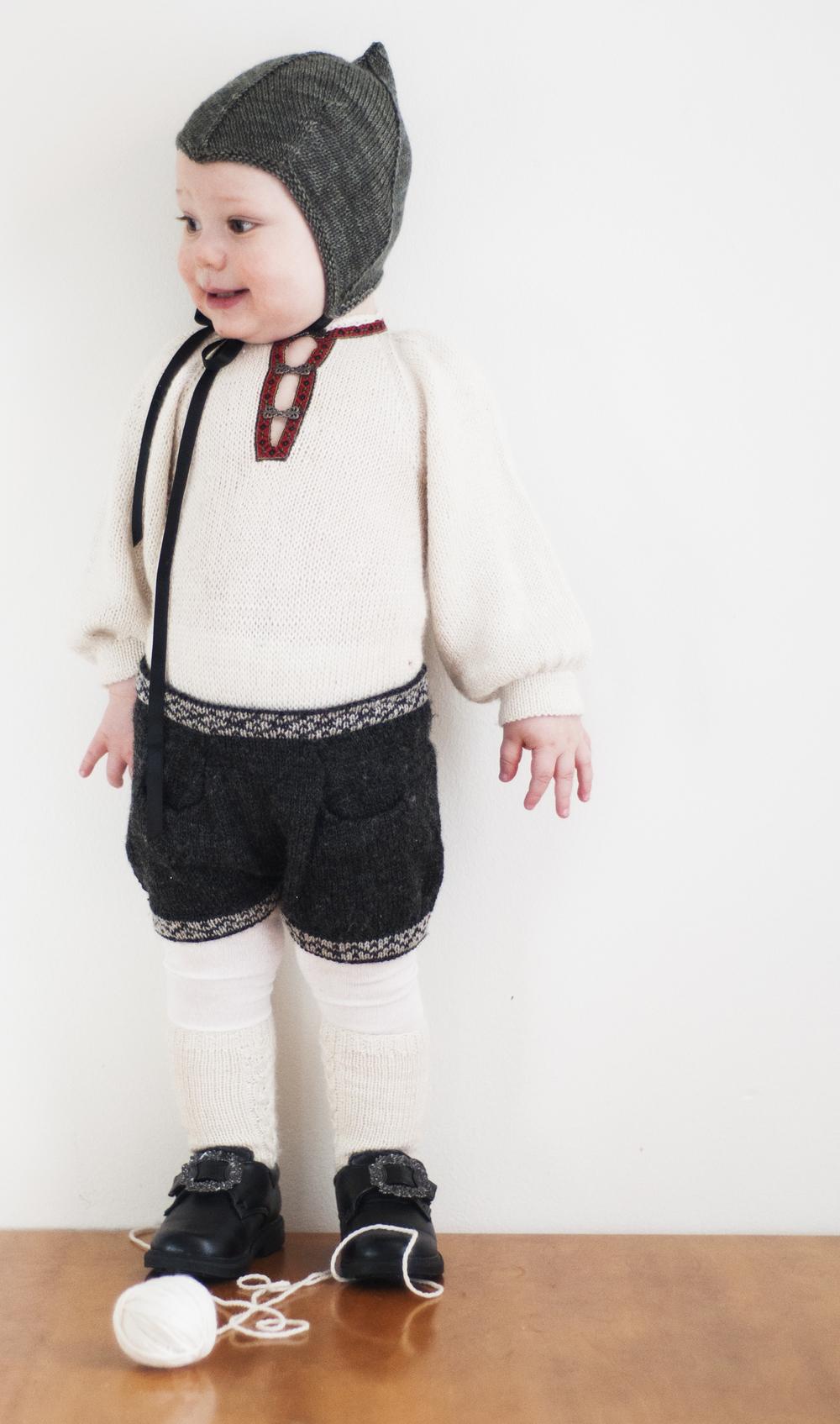 Klassisk bunadslook - med babytilpasning. Bomullsskjorter til småbarn krøller seg oppunder haka før du rekker å snu deg - temperert og myk  bunadsbody  sammen med en tøff  bunadsshorts  med lommer holder antrekket på plass
