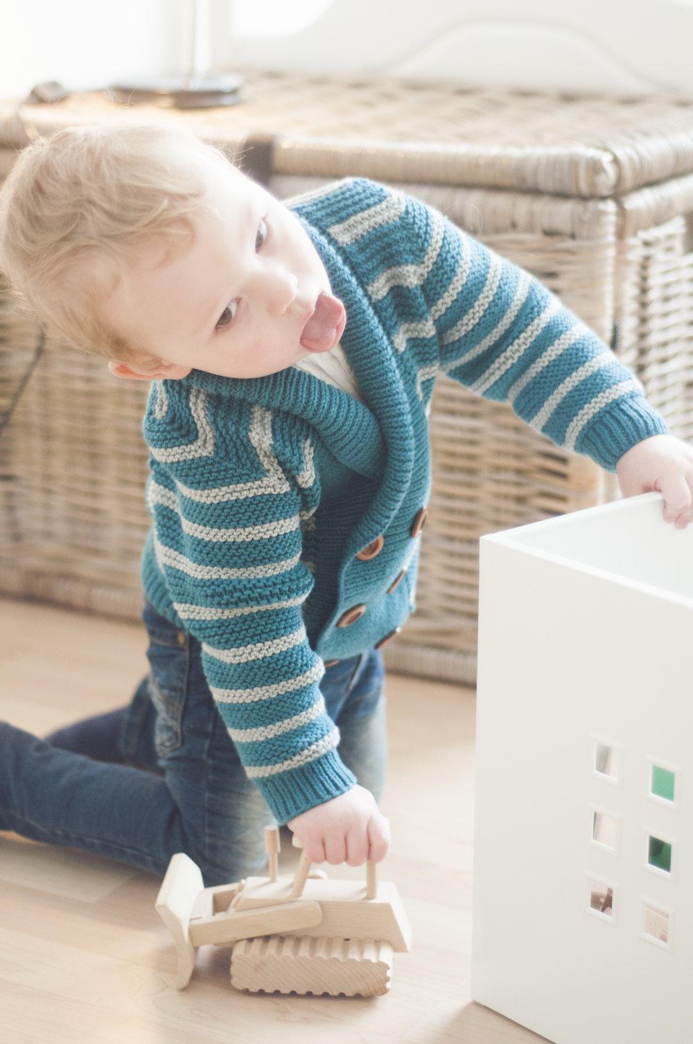 Selv om du er mammas lille supermodell, så må du rydde opp lekene når du kaster de utover. - Emiljakka