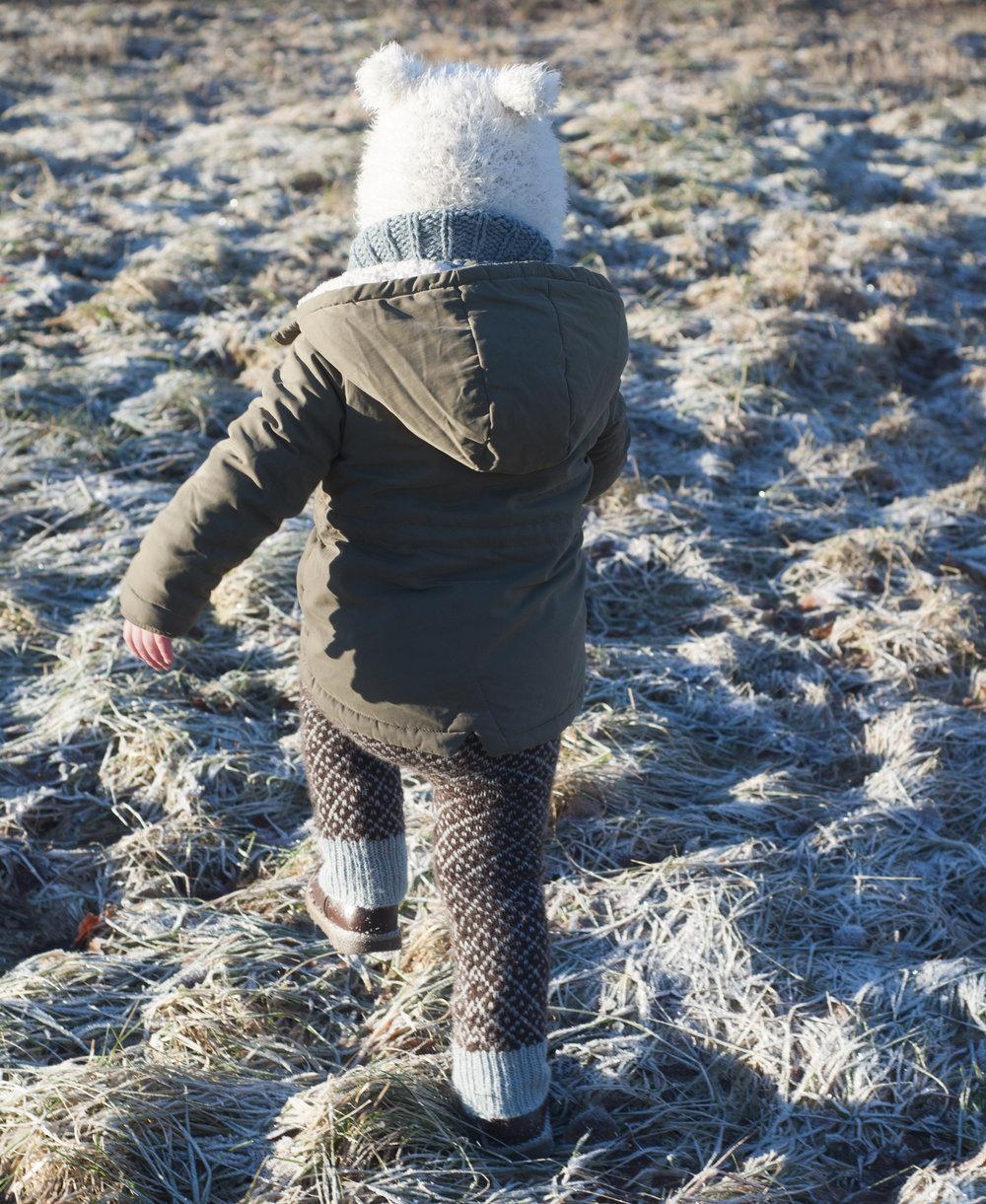 Utendørsfotografering er egentlig en av mine favoritter - mye hyggeligere, mye mindre behov for kontroll. Men det viser seg at en toåring helt fint kan løpe fra en høygravid dame. -Lillebjørn og Pers bukse