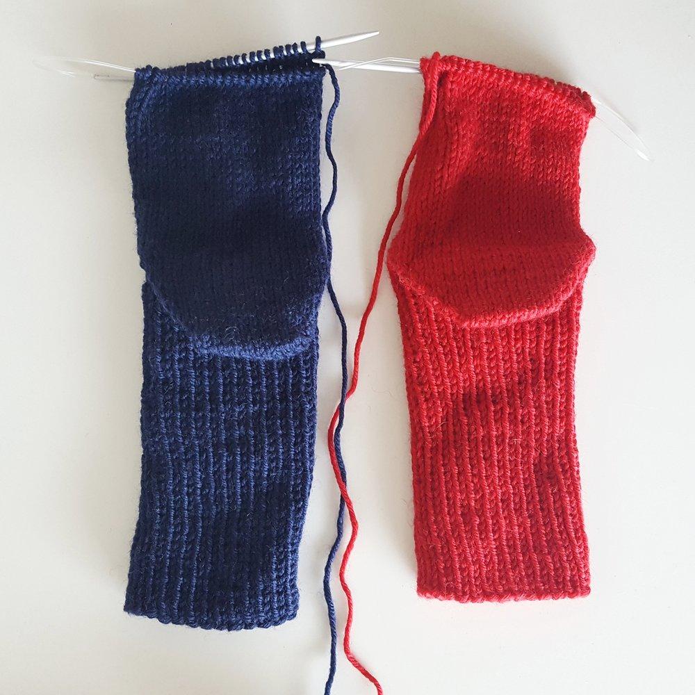 Det teiteste er at jeg har brukt HERRESOKKER til demonstrasjon på magic loop - så jeg må egentlig strikke to par til ham i år - eller to halve i år og to halve neste år da. De har ligget halvannet år med en hæl ferdig..