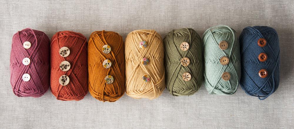 I samarbeid med Fru Kvist har jeg laget garnpakker på Fridagenser med knapper og garn - se mer her på  Fru Kvists hjemmeside
