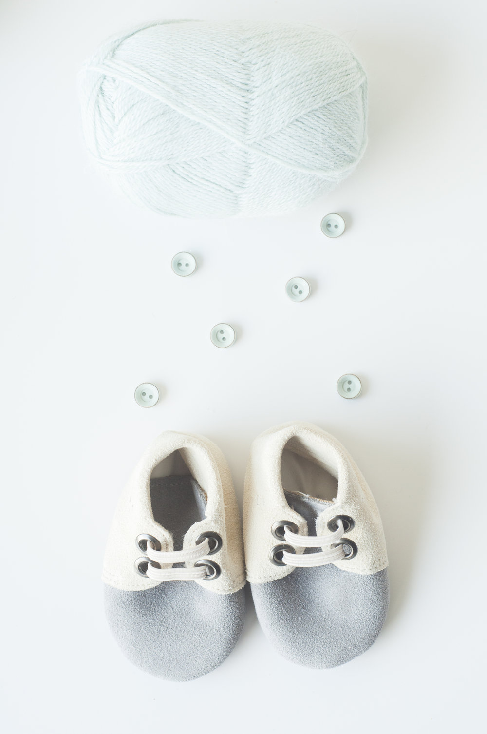 Garn - knapper - sko. Inspirer til bruk - Det er jo nesten er ferdig antrekk? Med sarte farger som harmonerer overdøver ikke tilbehøret produktet og skaper en helhet.