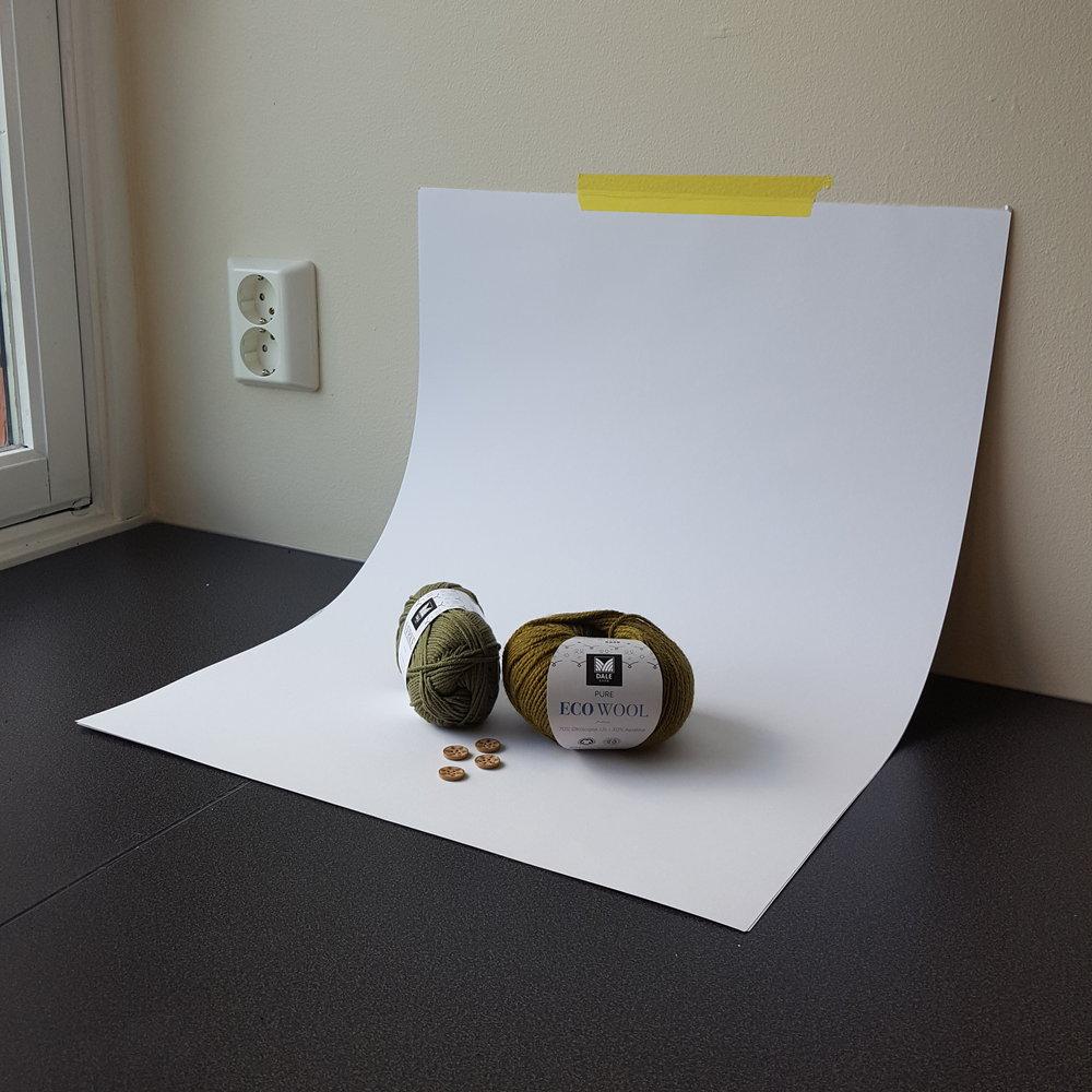Et hvitt A2 ark gir en sømløs overgang mellom vegg og benk. Det gir også litt ekstra lys bakfra.