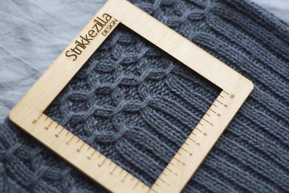 """Sandnes Alpakka (110 m/50 g) gir en fin, mellomtykk genser som er fin som """"yttergenser"""" 24 m/10 cm p 4 i lett strakt ribbestrikk"""