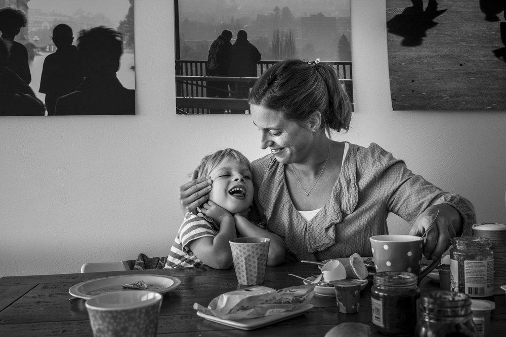 Familienfotos am See - Mutter und Sohn fröhlich am Frühstückstisch