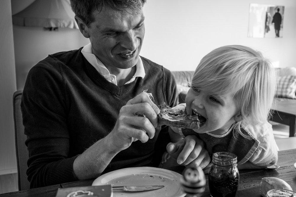 Familienfotos am See - Papa füttert Tochter