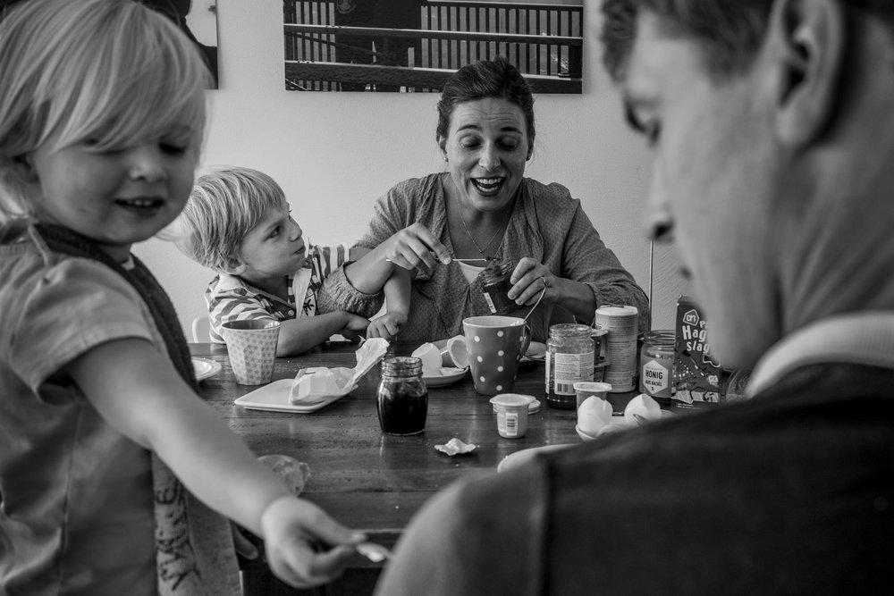 Familienfotos am See - Familie am Frühstückstisch
