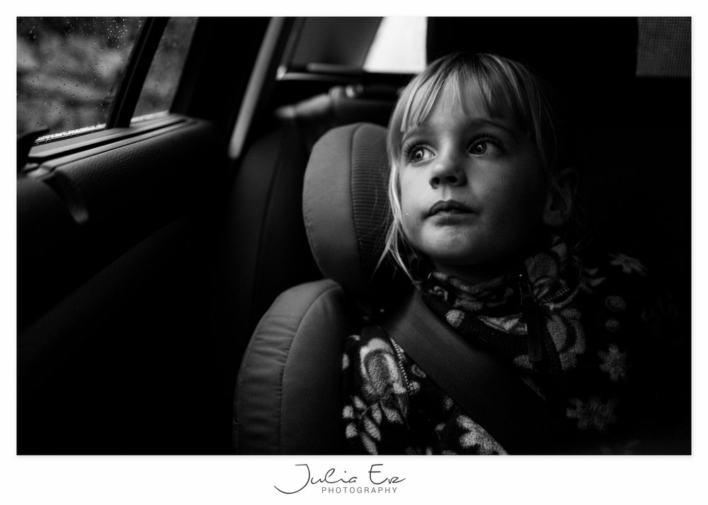 Familienfotografie Julia Erz Photography - Mädchen schaut verträumt aus dem Autofenster