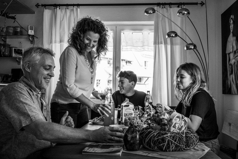 Familienfotografie | Familienfotos mit älteren Kindern | gemeinsames Kaffeetrinken