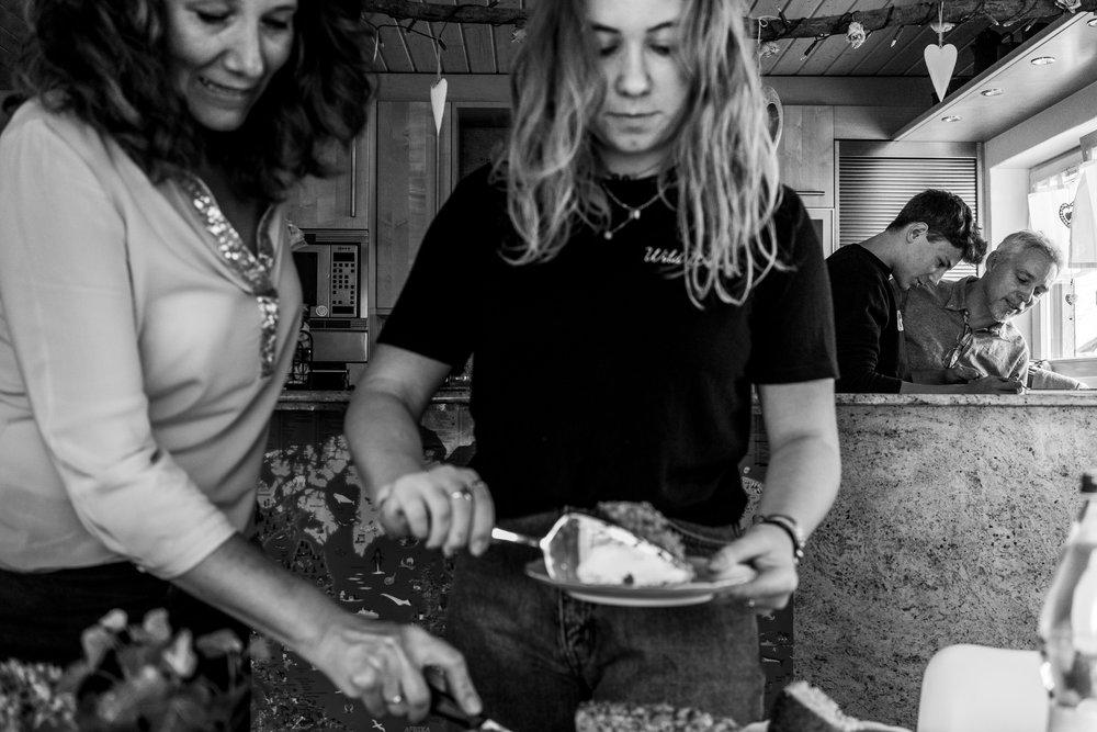 Familienfotografie | Familienfotos mit älteren Kindern | Mama und Tochter beim Kuchenaufschneiden