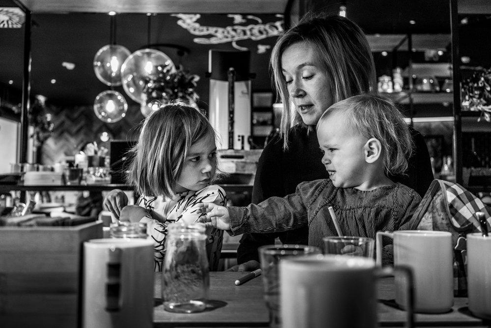 Eines meiner liebsten Familienfotos - Mutter mit zwei Töchtern, die sich streiten
