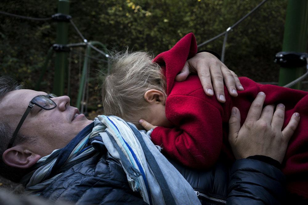 Eines meiner besten Familienfotos - Papa kuschelt draussen mit seiner Tochter