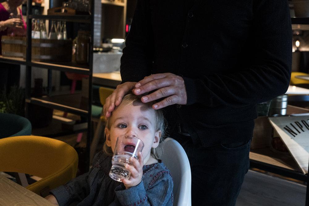 Eines meiner liebsten Familienfotos - Papa streicht Tochter über den Kopf