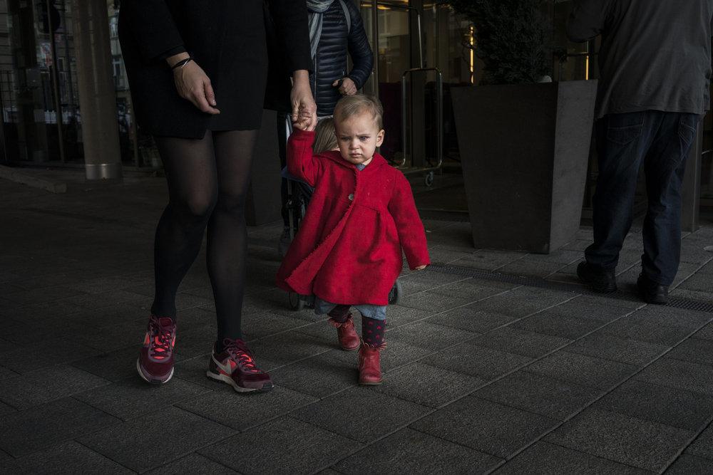 Eines meiner liebsten Familienfotos - natürliches Portrait von Mädchen in rotem Mantel