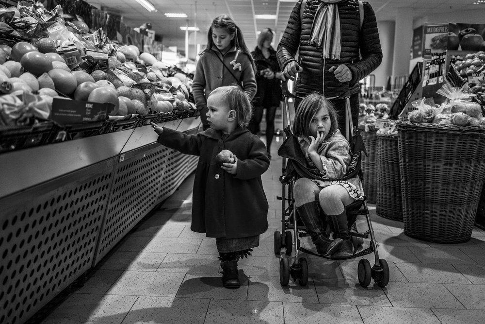 Eines meiner liebsten Familienfotos - Familie beim Einkaufen