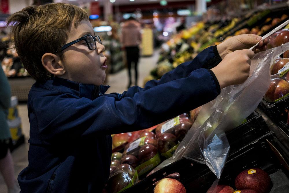 Eines meiner liebsten Familienfotos - Porträt eines Jungen beim Einkaufen