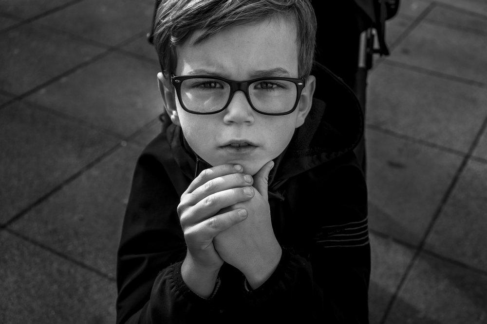 Eines meiner liebsten dokumentarischen Porträts - Junge schaut ernst in meine Kamera