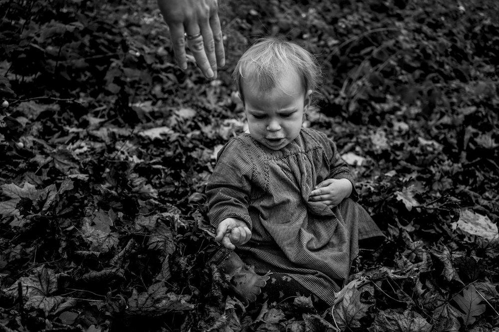 Eines meiner besten Familienfotos - Mädchen im Laub sitzend draussen