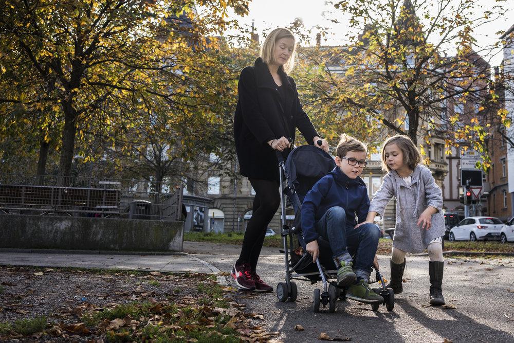 Eines meiner liebsten Familienfotos - Spaß mit Kinderwagen draussen