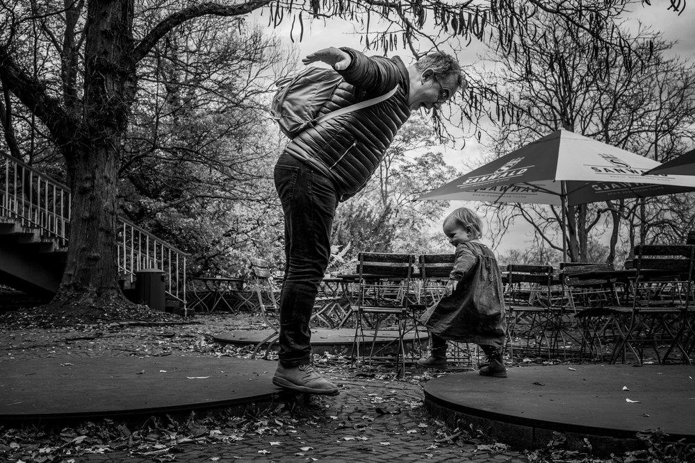 Eines meiner besten Familienfotos - Papa und Tochter draussen in Stuttgart beim Quatsch machen