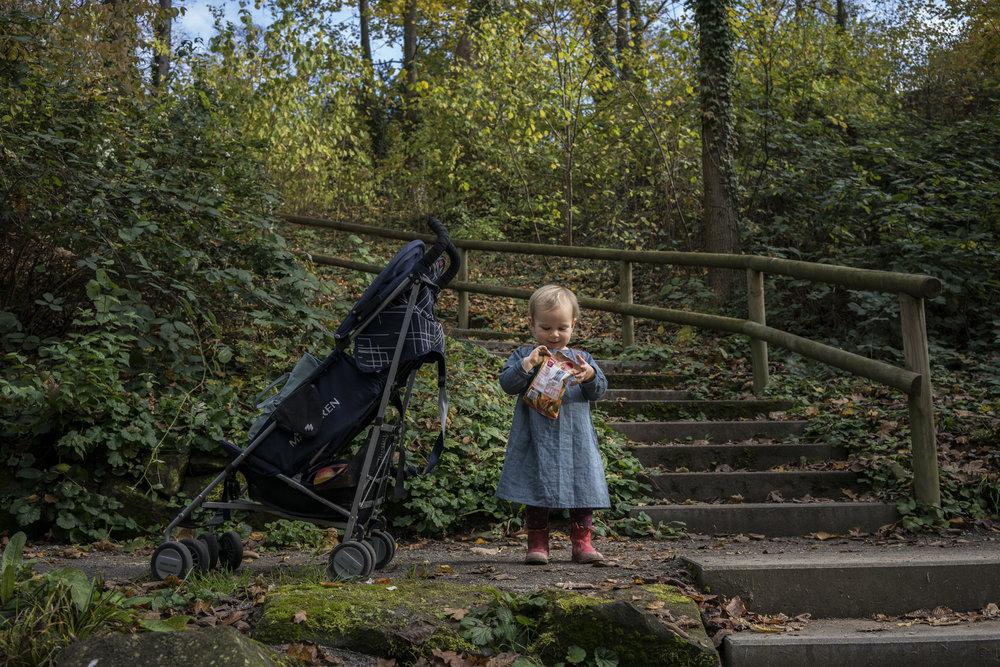 Eines meiner liebsten Familienfotos - natürliches Kinderporträt von einem Mädchen draussen