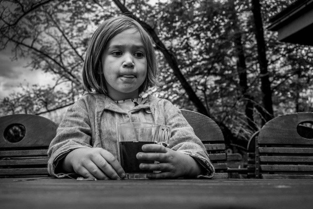 Eines meiner besten Porträts - Mädchen dokumentarisch draussen mit einer Tasse Tee fotografiert