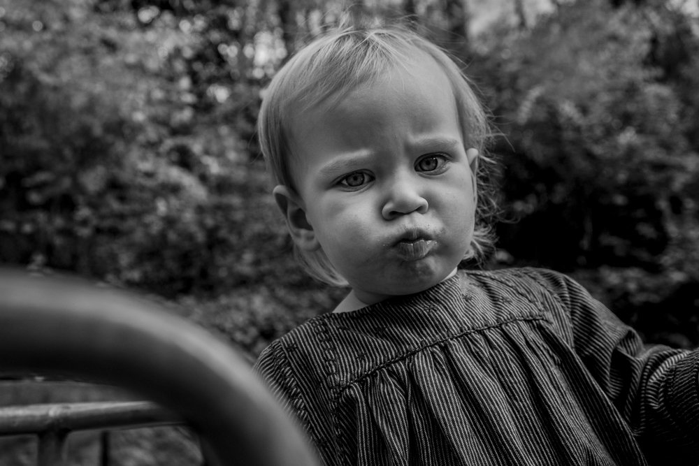 Eines meiner liebsten Porträts - authentisch und emotional wird ein kleines Mädchen draussen gezeigt