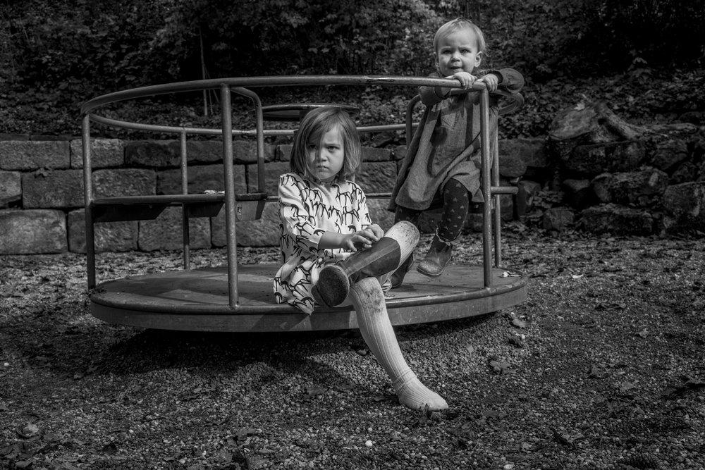 Eines meiner liebsten Familienfotos - Mädchen draußen auf Karussell