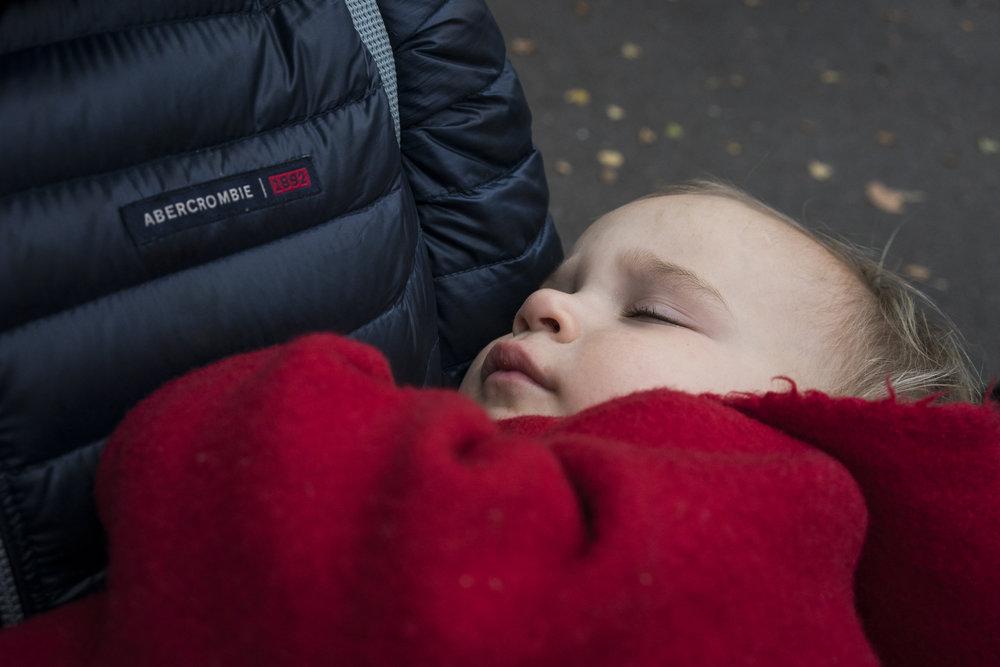 Eines meiner besten Familienfotos - Kind schlafend draussen in Stuttgart in Papas Armen