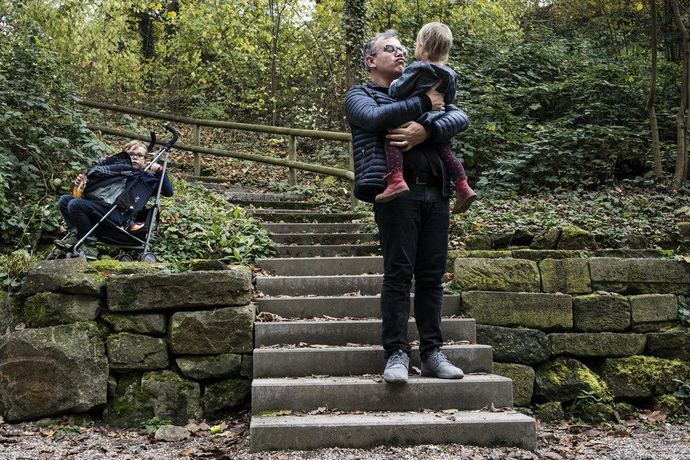 Eines meiner besten Familienfotos - Papa nimmt seine Tochter auf den Arm - draussen