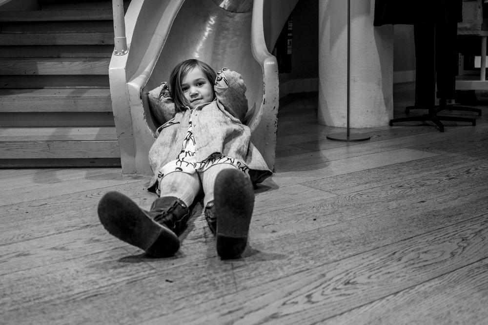 Eines meiner besten Familienfotos - Kind drinnen im Laden Petit Barteau in Stuttgart auf der Rutsche