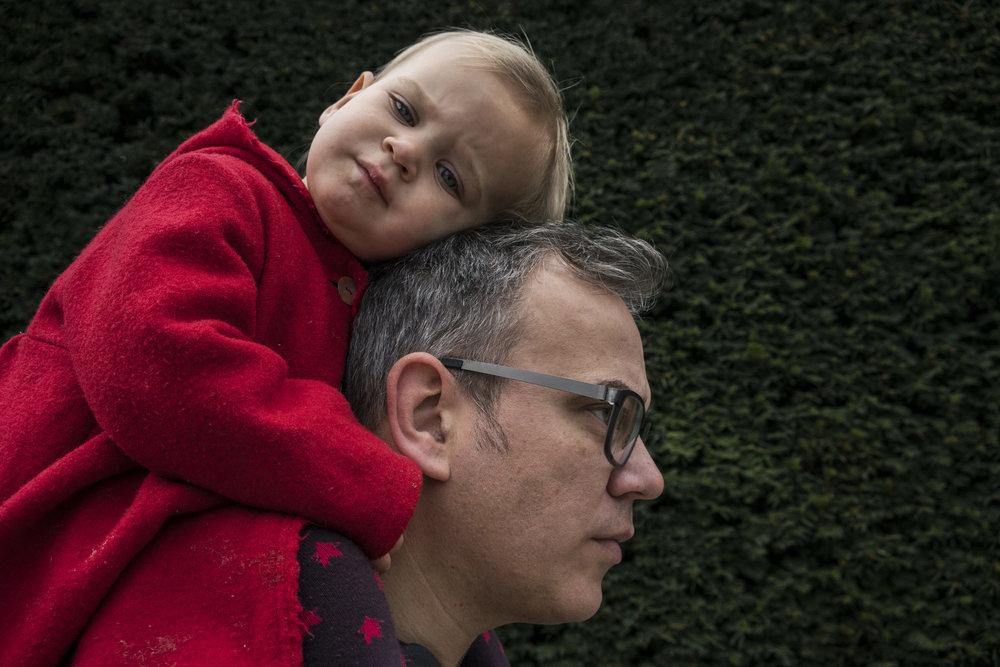 Eines meiner besten Familienfotos draussen fotografiert in Stuttgart - Kind einschlafend auf Papas Schultern