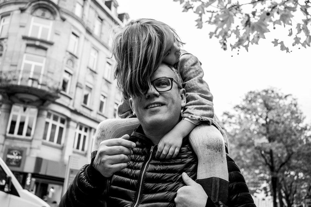 Eines meiner besten Familienfotos - Kind auf Schultern von Papa draussen in Stuttgart