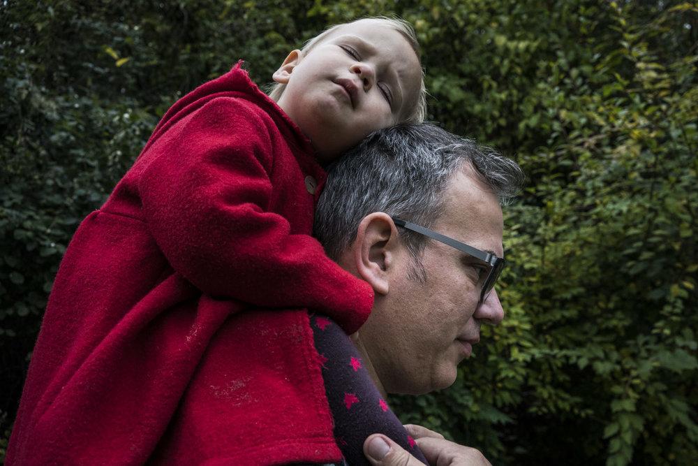 Eines meiner besten Familienfotos - Kind schlafen auf Papas Schultern draussen, in Stuttgart dokumentarisch fotografiert