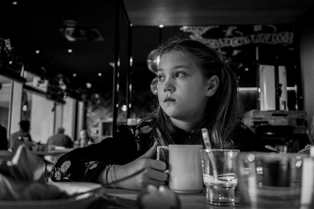 Eines meiner liebsten Familienfotos - Mädchen nachdenklich nach draussen schauend
